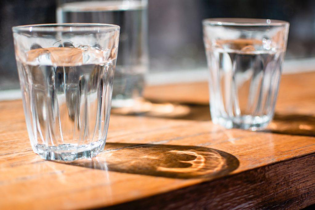 Beber agua de mineralización muy débil aporta a las personas mayores minerales y oligoelementos esenciales