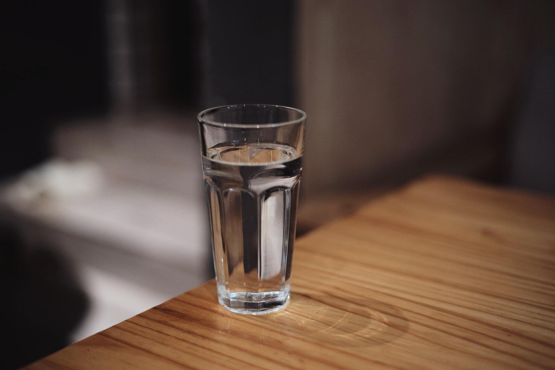 El agua mineral baja en sodio previene enfermedades cardiovasculares y tiene efectos diuréticos