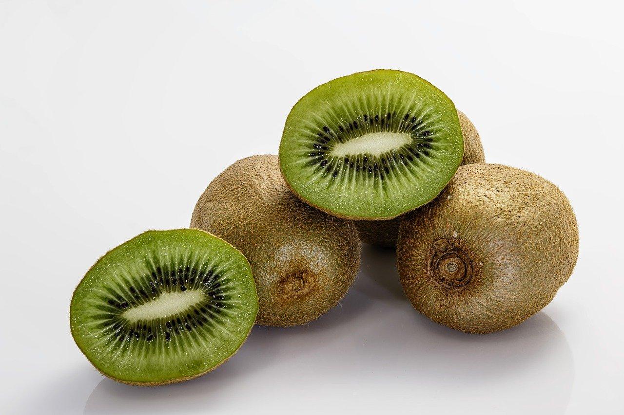 El kiwi aporta grandes cantidades de vitamina C