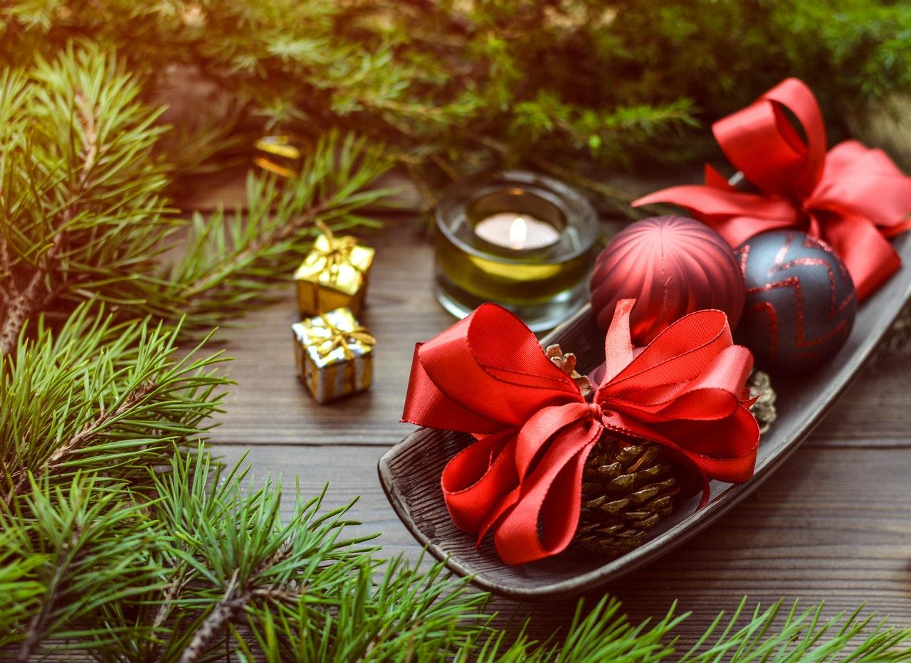 Una buena idea para organizar mejor la cena de Navidad es hacer compras online o en comercios de barrio