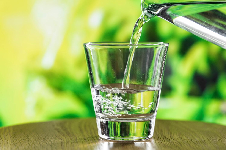 Beber agua de mineralización muy débil como Agua Sana durante una dieta favorece la eliminación de líquidos