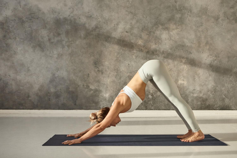 La postura del perro boca abajo es muy habitual y popular en yoga