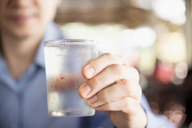 Otro de los fallos al beber agua es ingerirla en grandes cantidades o demasiado rápido